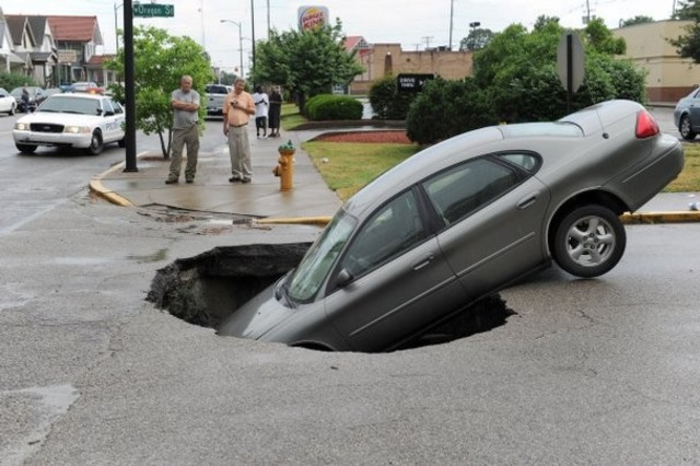 Car carrying 4 sinks into Evansville sinkhole