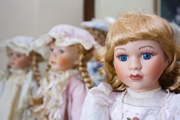 Strange Porcelain Dolls resembling 4 neighborhood girls end up on each of their front porce