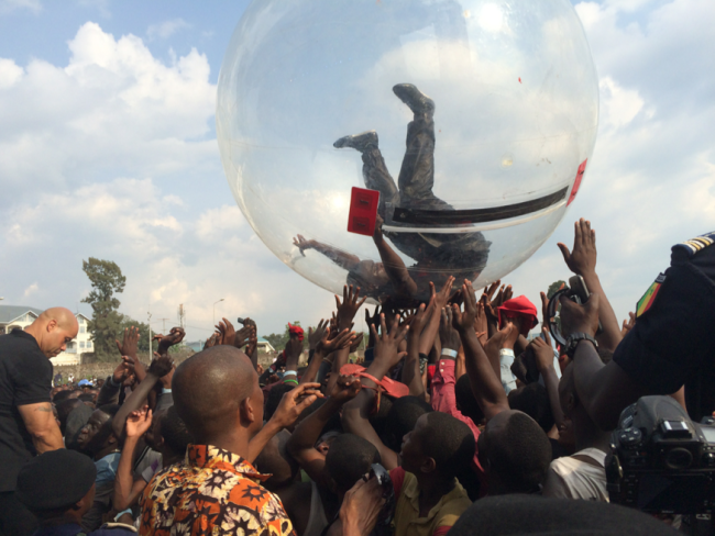 Akon Performed In a Plastic Bubble in Africa, He Say's No Ebola For Me!!